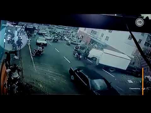 IMÁGENES CRUDAS   Un detective en fuga ATROPELLÓ a SEIS personas en Caracas, Venezuela