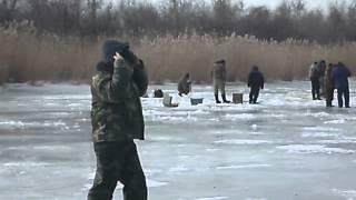 Пацани на риболовлі