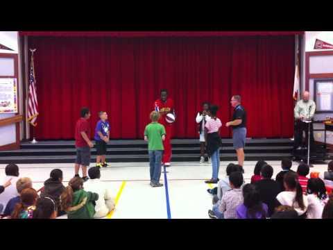 Harlem Globetrotter Slick Willie Shaw visits Isabelle Jackson Elementary School