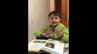Мальчик учит стих