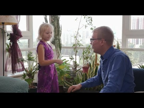 Watch! Little Lily learns about how China's environmental protection while watering green plants