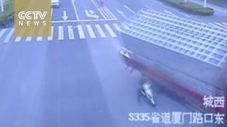 """""""فيديو"""" شاهد لحظة انقلاب شاحنة أثناء محاولة تفادي دراجة في الصين"""