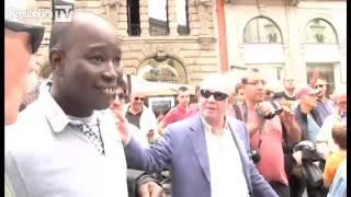 Salvini Invita Due Immigrati A Firmare Per...