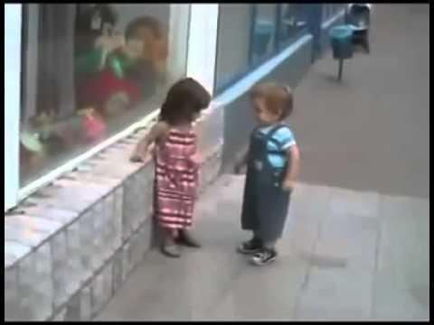 Bebê tentando beijar Bebezinha ( Fofos ) .