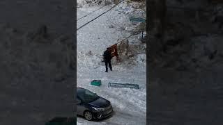 Мужик выбивает ковер трубой