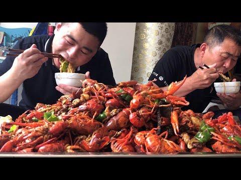 【超小厨】225元十斤小龙虾,全家齐上阵,吃完再来碗龙虾面条,太巴适喽!