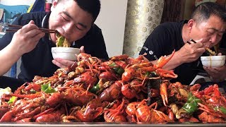 225 yuan ten pounds of crayfish, the whole family eat together, and then have a drink with Dad