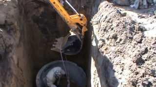 Устройство канализации загородного дома — септика(Экскаватор-погрузчик JCB 3 CX произвёл выемку грунта под установку септика из бетонных колец. С помощью стрелы..., 2013-07-08T04:34:25.000Z)