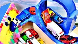 トミカシステム大回転道路を回ってディズニーカーズやミニカーがすぽすぽ出てくるよ!Car Toys Fun Video for Kids