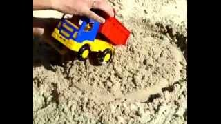Строим замок из песка с машинками (трактор, самосвал). Видео для детей(Строим замок из песка. В этом нам помогут игрушечные машины: гусеничный трактор и самосвал., 2015-10-12T12:31:50.000Z)