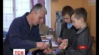 На уроках праці у сумській школі діти виготовляють корисні дрібнички для бійців