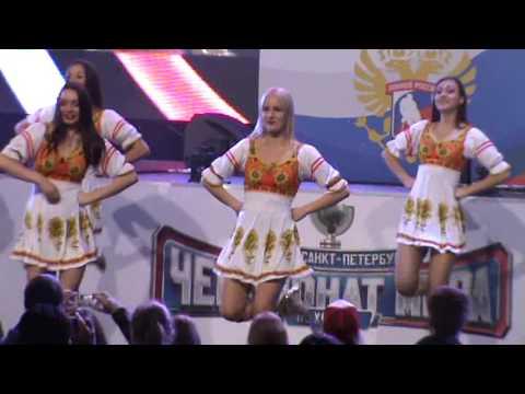 Девочки из танцевальной группы поддержки