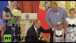 Russia: Putin awards Order of Parental Glory to large families on Intl. Children
