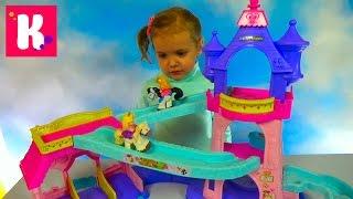 Принцессы Диснея на пони скачут по горкам в замке Set Princess Stable Klip - Klop unpacking toys