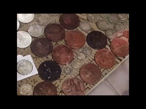 OLD GOLD COIN IN CHOR BAZAAR  BHENDI BAZAAR AND THEY DONT KNOW THIS IS GOLD ./ FLEA MARKET IN INDIA