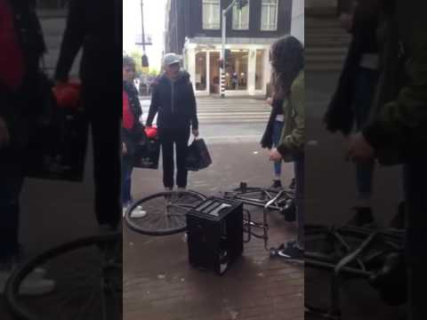 Slachtoffer aanrijding meegesleurd door voertuig aan de ...