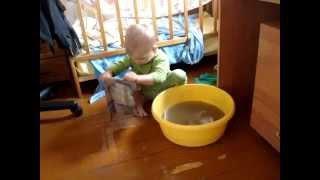 Приколы с детьми: Ребенок 2 х лет моет пол!