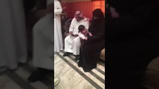 """فيديو لحظة تسليم الطفلة المعنفة دارين لأمها في فرع """"التنمية الاجتماعية"""" بمكة"""