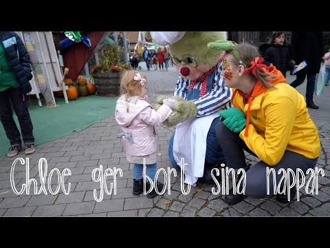 Chloe lämnar napparna till kaninerna under Halloween på Liseberg 2017