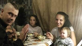 Мама пилит дрова Ужинаем (Жизнь многодетной семьи в глубинке)