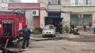 """Пожарные тушат подвал """"Магнита"""" в девятиэтажке на Зенитной"""