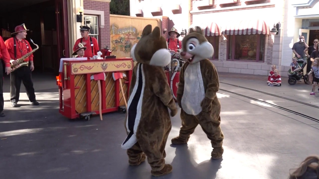 disneyland-hook-and-ladder-with-cruella-chip-n-dale-and-goofy