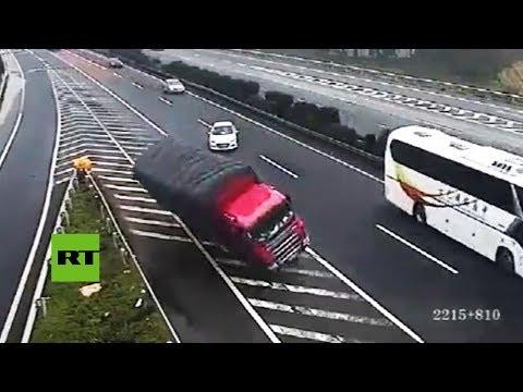 Un coche se para en medio de la autopista, causa dos accidentes y sigue como si nada