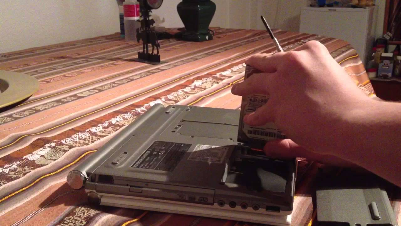 changer de disque dur d 39 un ordinateur portable astuce pc portable youtube. Black Bedroom Furniture Sets. Home Design Ideas
