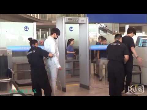 [Fancam]Vương Nguyên bị chị tiếp viên hàng không khám từ trong ra ngoài.