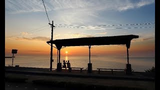 view ホームに重なる水平線  愛媛県伊予市の予讃線・下灘駅