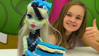 Видео для девочек. Барби делает торт для Френки