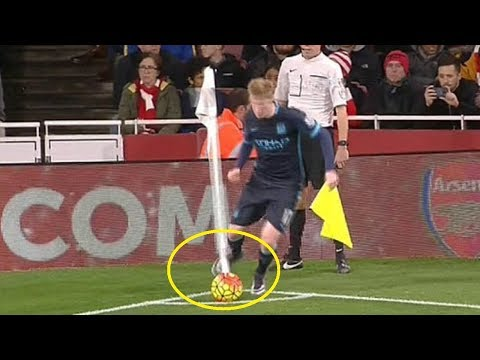 Ketika Pemain Sepak Bola Tersandung Tiang Bendera Sudut, Begini Jadinya...
