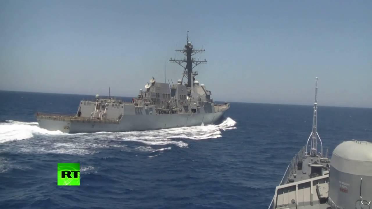 Americký torpédoborec se nebezpečně přiblížil k ruské lodi. Rusko zveřejnilo video