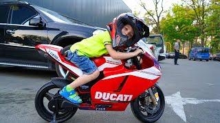 САМ  в 5 лет на МОЦИКЕ в магазин...BABY drove on an adult motorcycle to the store.