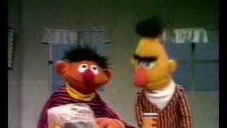 Bert en Ernie - Boterhammen met pindakaas