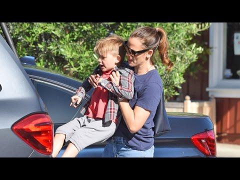 Single Jennifer Garner Gives Son Samuel A Lift At Brentwood Country Mart