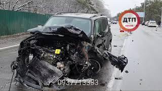Видео с места Жуткая смерть на трассе под Киевом водитель автомобиля Renault в условиях снегопада п