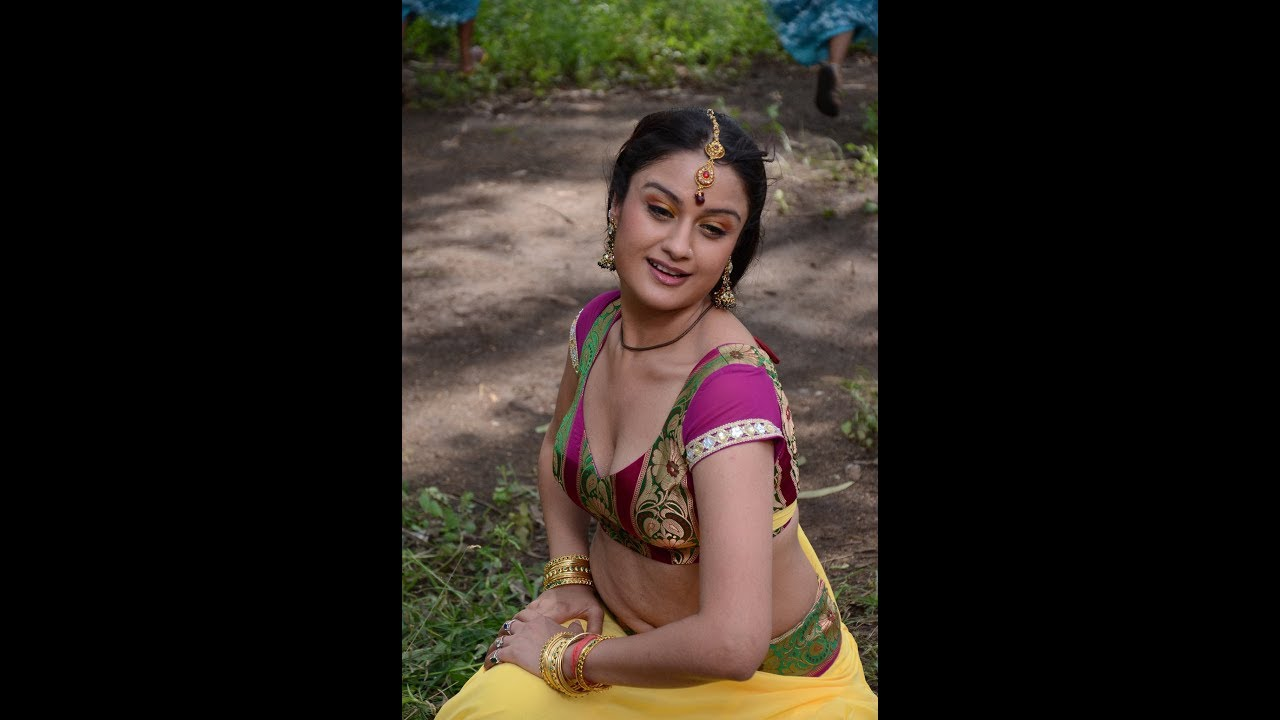 Sonia Agarwal Hot Cleavage Video Dont Miss It