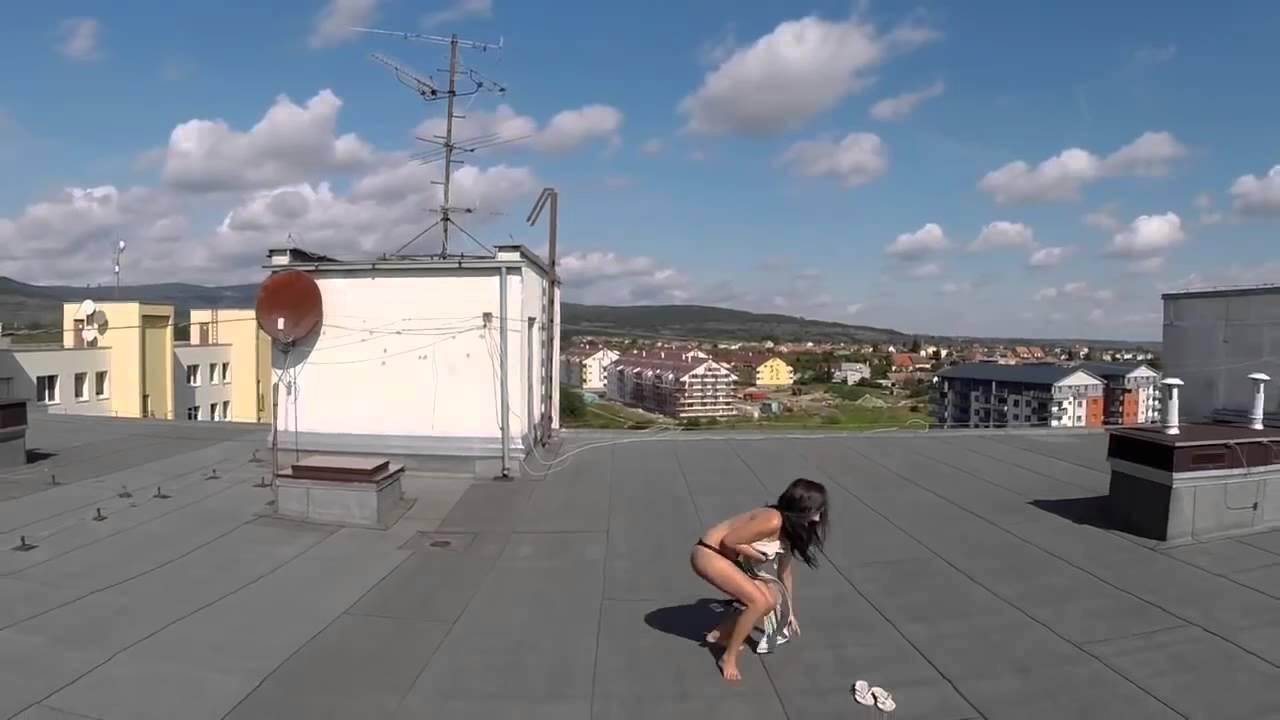 Drone Drone Capta Mulher A Apanhar Sol No Topo De Um