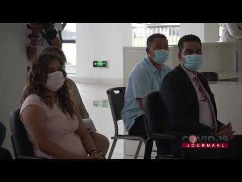 First Lady Melissa Santhoki Seenacherry als eerst gevaccineerd in Wanica.