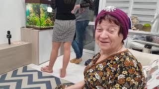 Юля подарила маме обратно шапочку