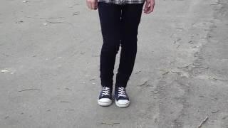 Девочка красиво танцует ногами под музыку