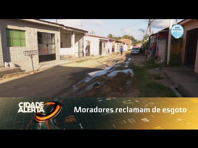 Moradores reclamam de esgoto a céu aberto em rua no Clima Bom