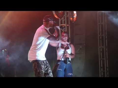 Booba fait boire une fan sur scène à Conakry !