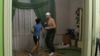 Отец преподает урок рукопашного боя сыну!