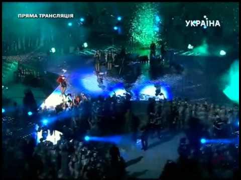 Rihanna-Diva.com // Rihanna performing Umbrella at Shakhtar Donetsk 75th Anniversary