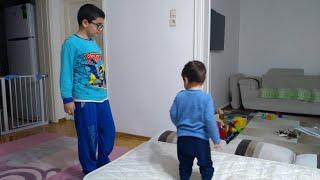 Berat yatakta zıplıyor,abisi Buğra'yı da korkutmaya çalışıyor.