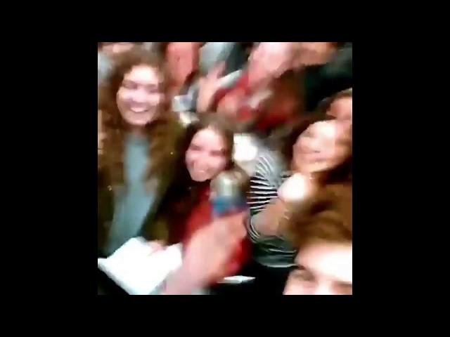 Decenas de fans de 'Operación Triunfo' reciben a Roi en el aeropuerto de Santiago