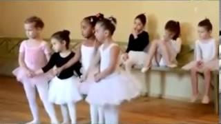 Танец маленьких утят(смотреть видео::http://youtu.be/3sVuDKMqWo0 Маленькие девочки танцуют лебедей., 2013-09-17T03:03:47.000Z)