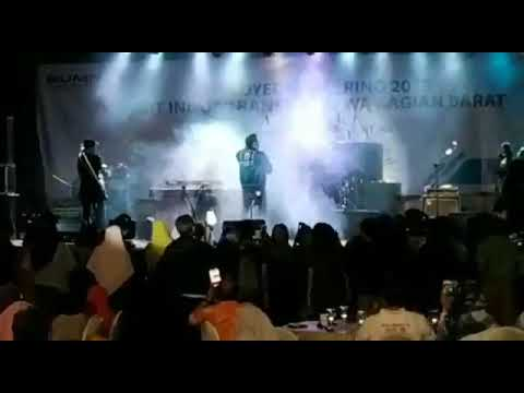 Vídeo mostra tsunami arrastando palco com uma banda que se apresentava em local turístico